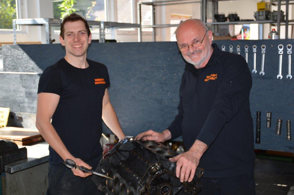 Marius Bartusch und Mirko Jelic an einem Motor